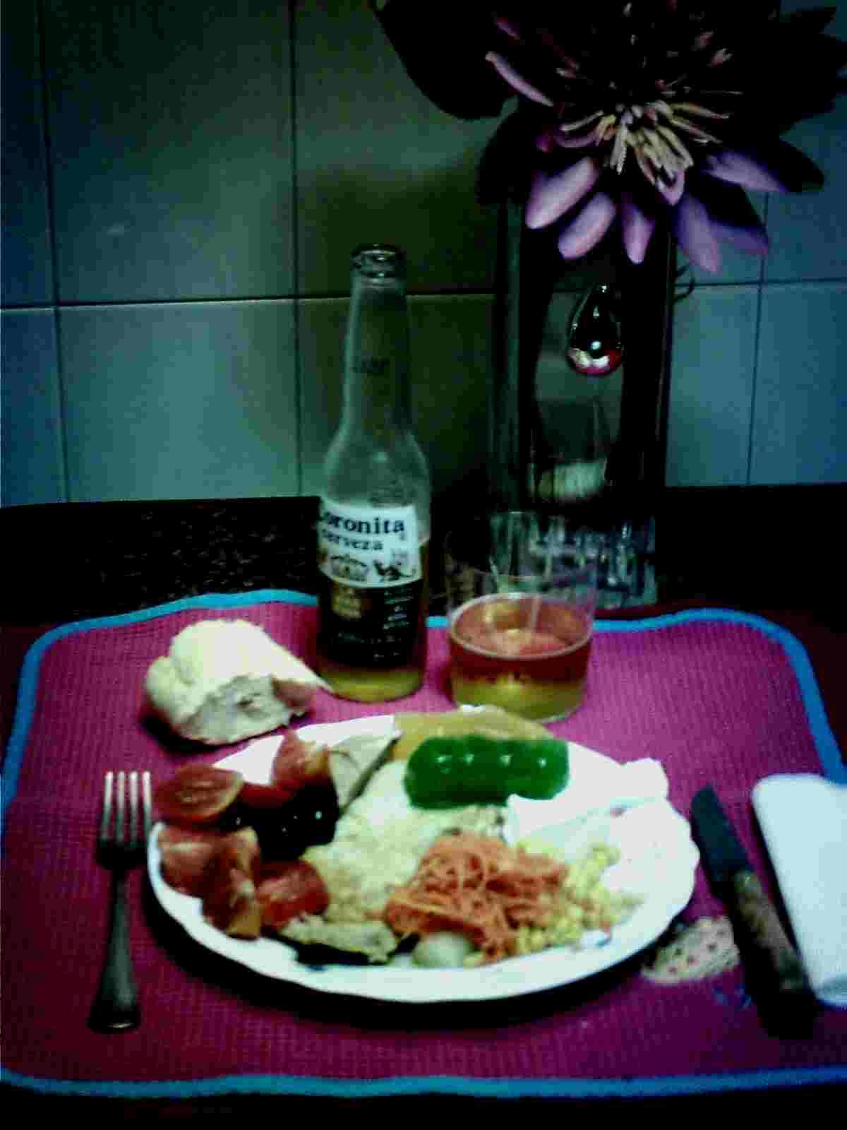 Filete Empanado, Tomate Natural, Aceituna Negra Carbonell, Zanahoria y Maíz Bonduelle, Espárrago Helios, Dulce de Manzana El Gaitero, Dulce de Ciruela Vereterra, Queso Philadelphia, Aceite de Oliva Virgen Extra Carbonell, Pan, Cerveza Coronita.